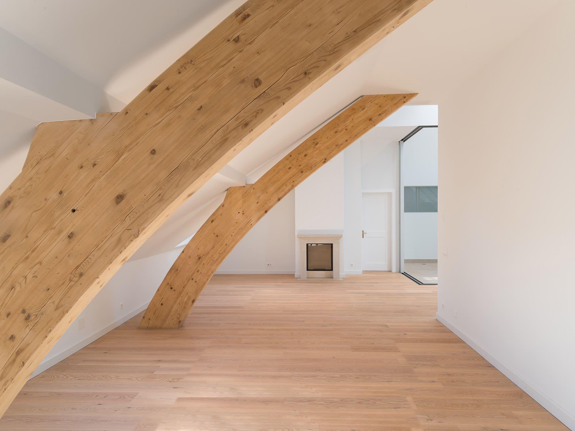 intérieur de ferme rénovée représentant un séjour avec des poutres de bois