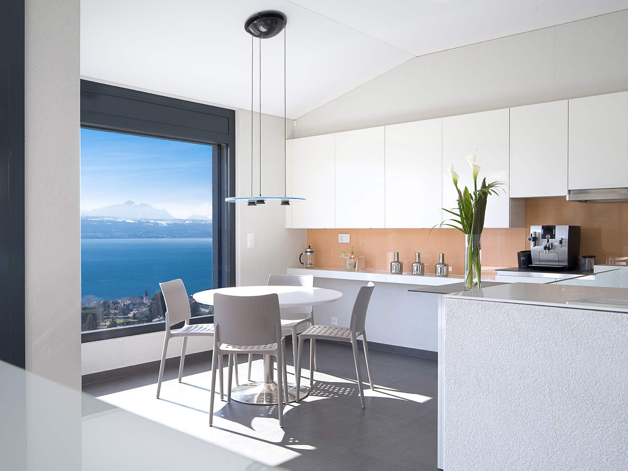 architecture de cuisine avec ouverture sur le lac