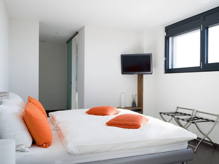 chambre à coucher avec téléviseur mural et lit double