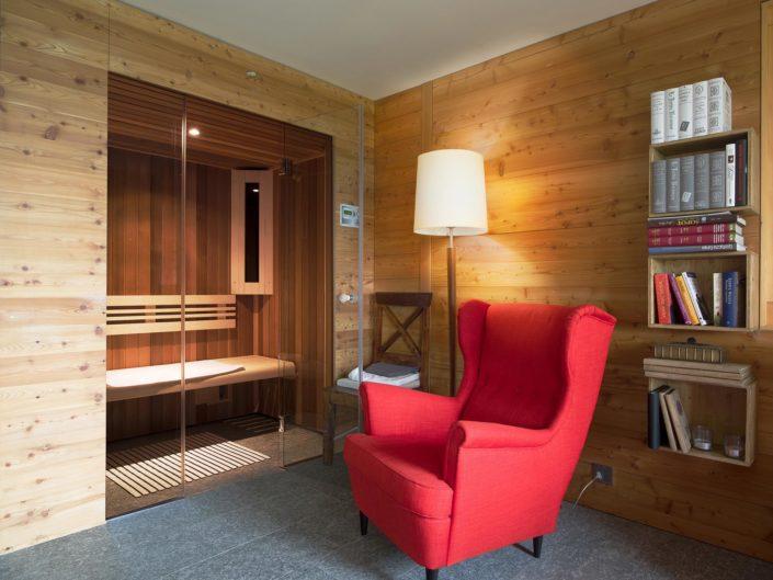 fauteuil dans une chambre boisée