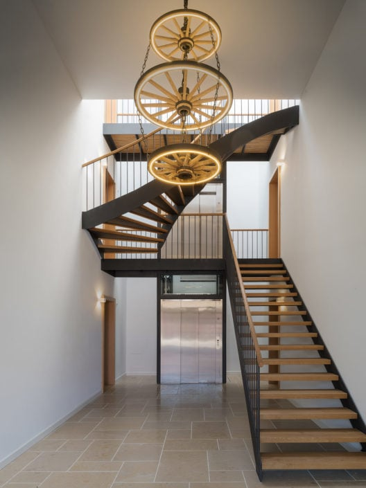 cage d'escalier surmonté d'un lustre imposant