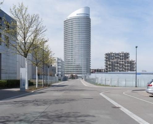 gratte-ciel à Zurich au bout d'une rue